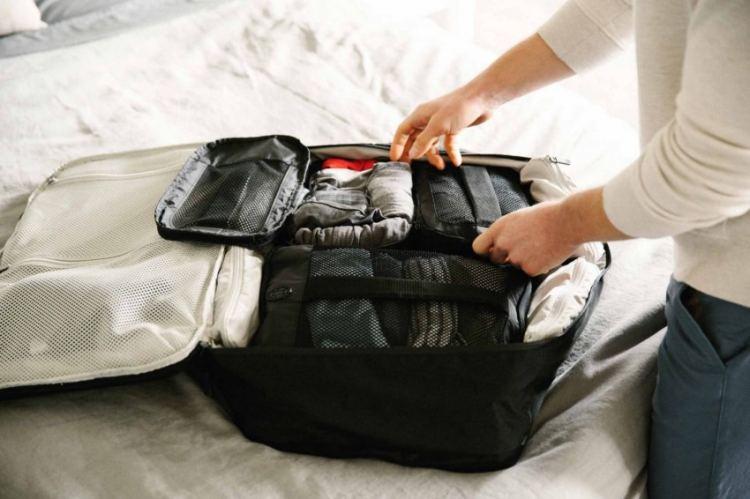 Как сложить вещи в чемодан компактно и чтобы они не помялись: инструкция